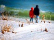 Spaziergang am winterlichen Strand. - Foto: Discover Long Island