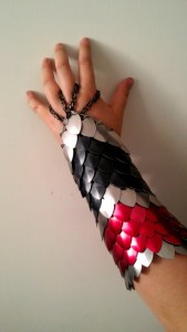 Gantelet brassard bracelet en écaille de crocodile scalemail gantelet