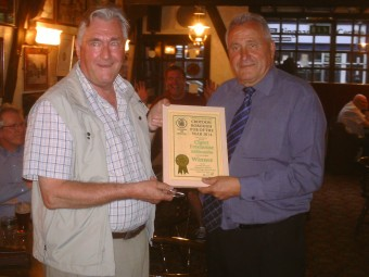 Terry Hewitt, the CAMRA branch chairman (left) presents a certificate for the Croydon Pub of the Year to the Claret's manager, Don Burton