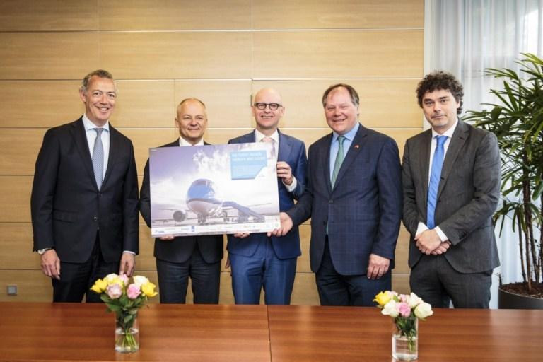 De ondertekening van de samenwerking (Bron: KLM)