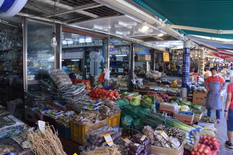 Genoeg te koop op de Jagalchi Market