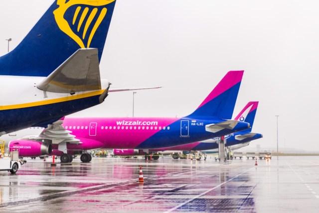 Een toestel van Ryanair en twee toestellen van Wizz Air op Eindhoven Airport (Bron: Eindhoven Airport)
