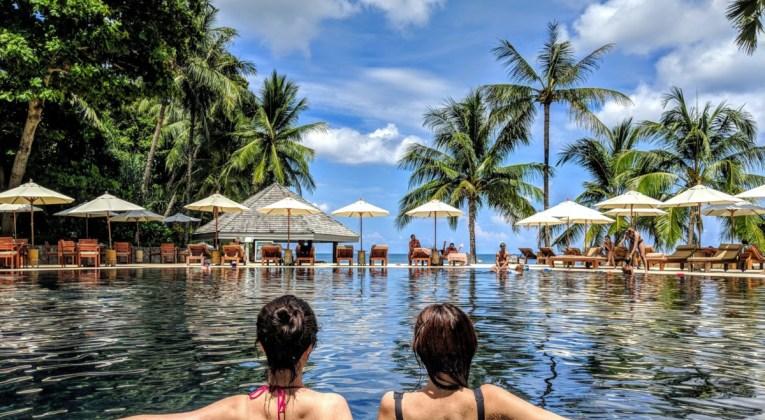 Zwembad bij een hotel (Bron: Unsplash / Wang Xi)