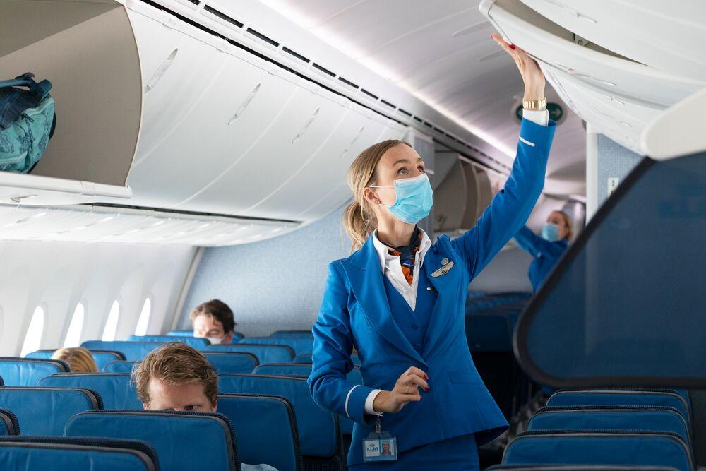 Ook bij KLM aan boord ontkom je niet aan het dragen van een mondkapje (Bron: KLM)