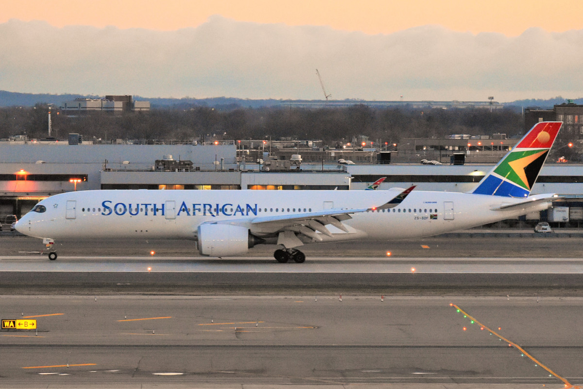 South African Airways Airbus A350-941 ZS-SDF komt aan op JFK Airport (Bron: Wikimedia Commons / Adam Moreira)