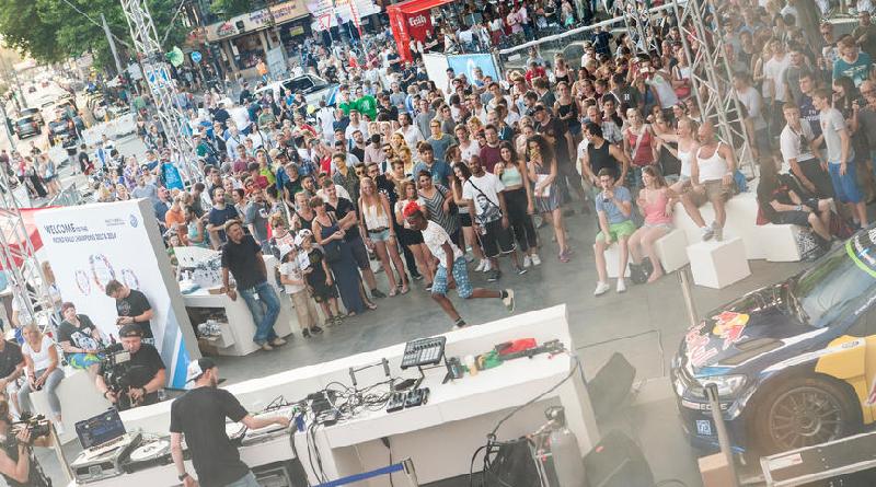 DJ Weltmeister Eskei 83 auf der VW-Bühne RALLYTHEWORLD. Rudolfplatz, gamescom city festival 2015
