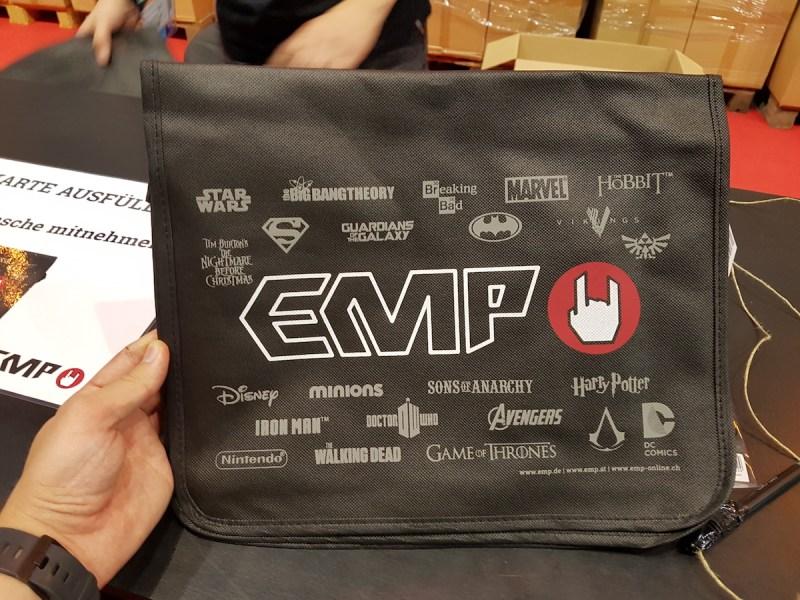 Für eine kostenlose Katalog Anmeldung erhaltet ihr eine dünne EMP Umhängetasche (Halle 8)