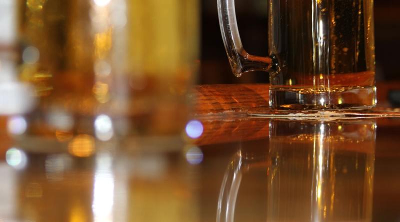 Spielt Indie Spiele und trinkt ein Bier.