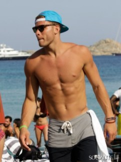 blake-griffin-deandre-jordan-shirtless-mykonos-06282013-24-435x580