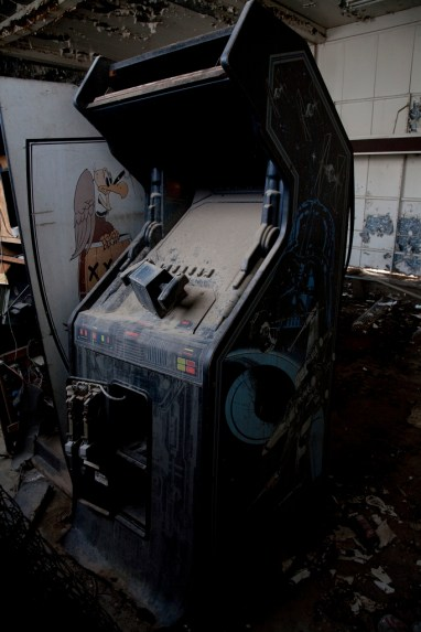 star-wars-abandoned-arcade-machine-photography-by-thomas-schultz-8