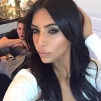 kim-kardashian-selfie-photobomb-man_2000x1992