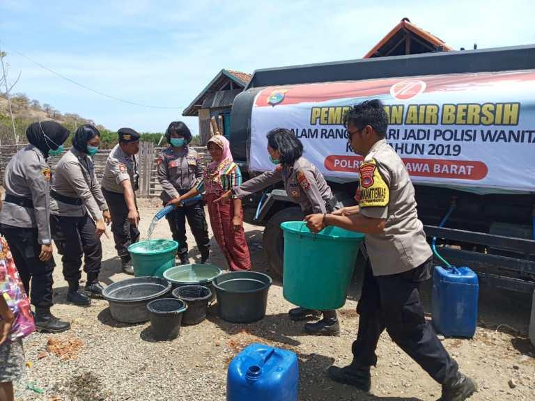 Dalam Rangka Hut Polwan, Polres Sumbawa Barat Kembali Salurkan Air Bersih