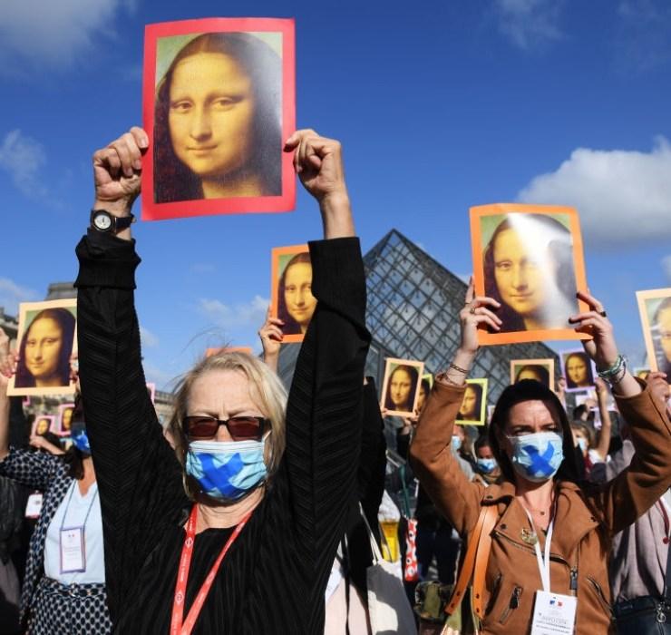 Кадр дня: флешмоб на пороге вновь открывшегося Лувра