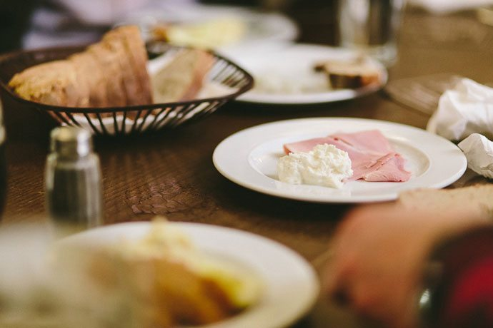 O presunto de Praga, servido com sour cream, no Lokál, no food tour Taste of Prague