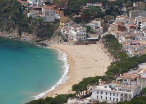 LLafranc beach - https://commons.wikimedia.org/wiki/File:Platja_de_Llafranc_des_de_el_Far_Sant_Sebastia_2.JPG