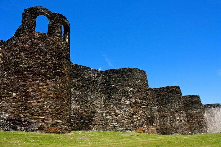 Roman walls of Lugo Image by Trevor Huxham on Flickr.com under https://creativecommons.org/licenses/by/2.0/