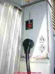Raccordement électrique des deux caravanes de maisons mobiles (C) Daniel Friedman