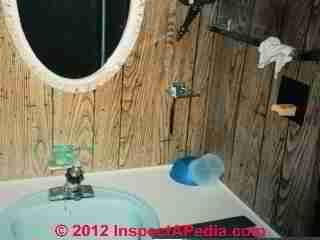Pas de GFCI et sortie mal adaptée dans la salle de bain au-dessus du lavabo de la caravane domestique (C) Daniel Friedma