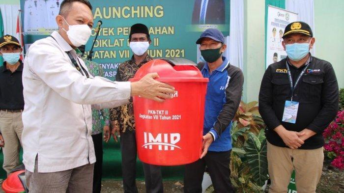 PT IMIP Bantu Morowali lewat pemberian tong sampah gratis