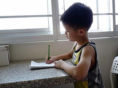 se fixer un objectif, enfant qui fait ses devoirs