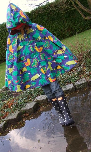 Regenponcho nähen mit dem Papierschnittmuster EVA von farbenmix