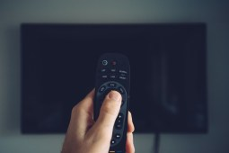 4 Tips to Help You Choose Between Cable and Satellite