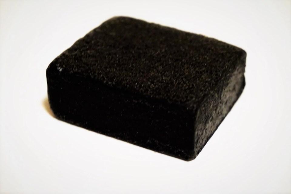 zeep-spons Daily Concepts Charcoal uit verpakking
