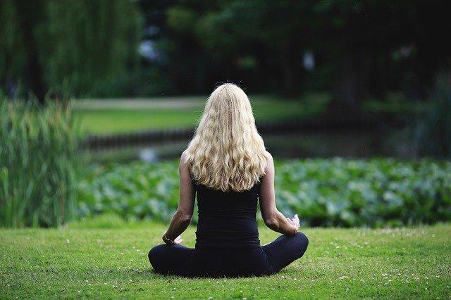 femme de dos en train de méditer après une séance de cohérence cardiaque