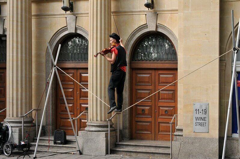 Violoniste qui joue en équilibre