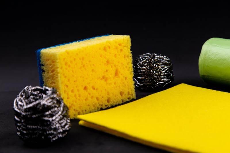 éponge jaune pour le grand nettoyage de printemps