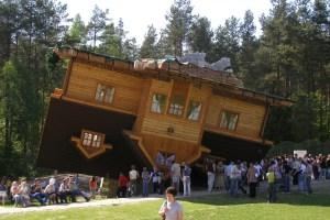 Перевернутий будинок у Польщі. Кажуть, не кожен може витримати видовище всередині
