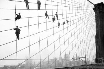 Робітники фарбують Бруклінський міст, 1914
