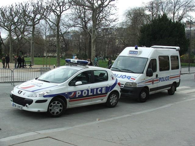 800px-French_police_Paris_6320