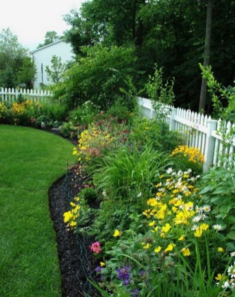 Amazing 9+ Backyard Privacy Fence Landscaping Ideas On A Budget 10