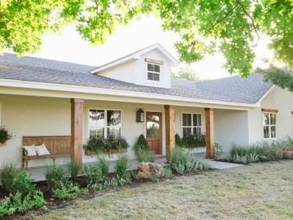 Astonishinh Farmhouse Front Porch Design Ideas 04