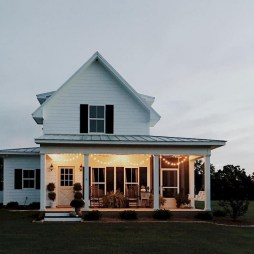 Astonishinh Farmhouse Front Porch Design Ideas 36