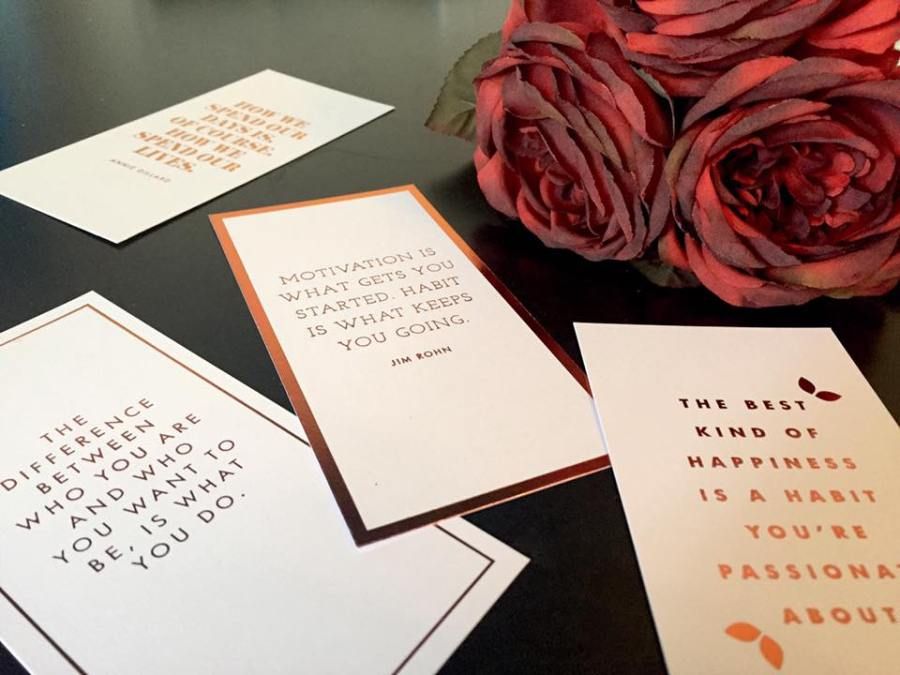 blog-essentials-kit-blogger-guide-props-flowers-roses-quote-cards
