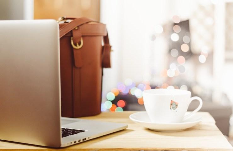 blog-essentials-kit-guide-laptop-macbook-coffee-shop-writing-blogging