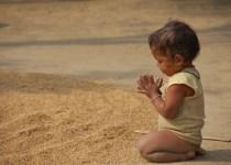 gambar anak sedang bersyukur