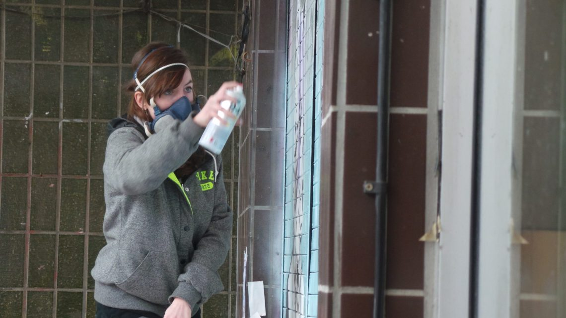 Zabou in spray painting action