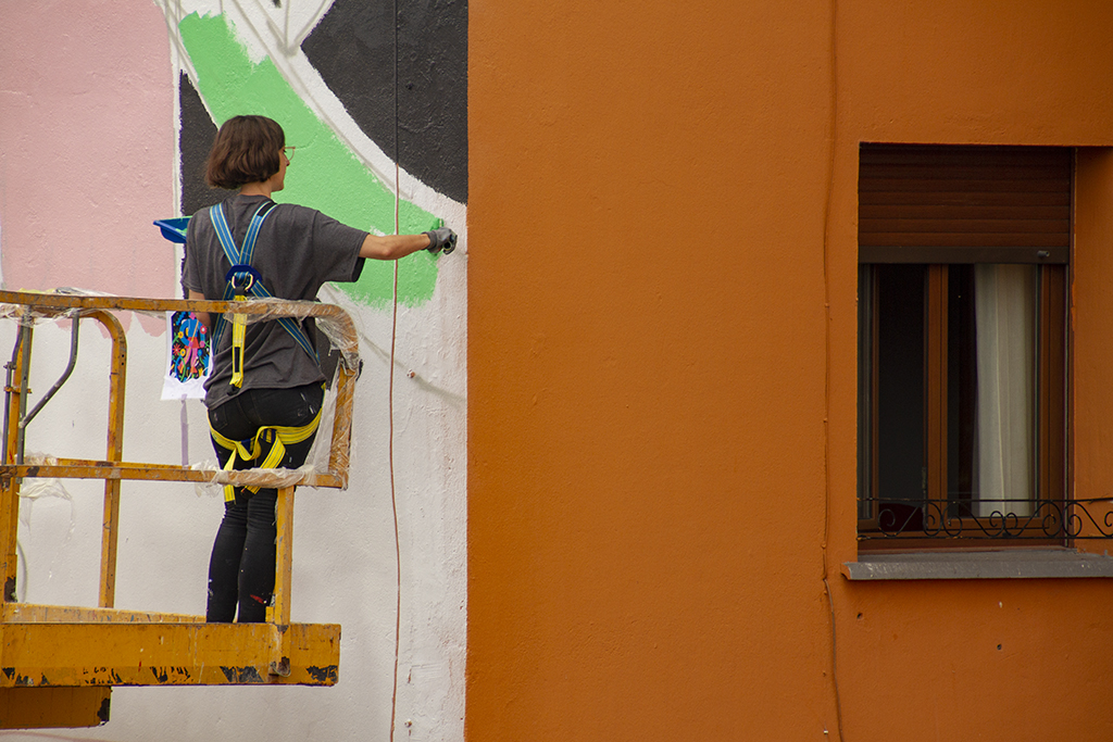 Image of the artist Emily Eldridge painted a mural for the Parees Fest 5th edition
