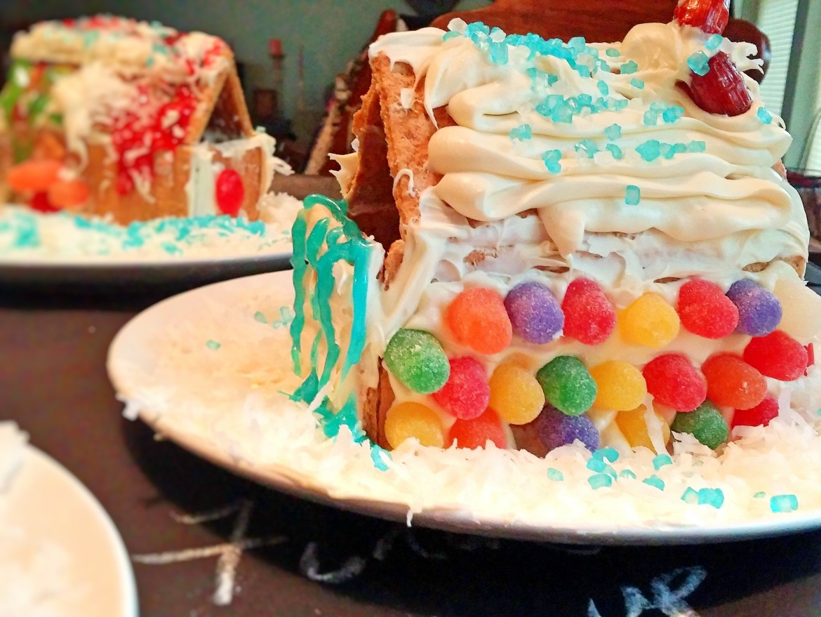 How to make a Gingerbread House using Honey Maid Graham Crackers. This shop has been compensated by Collective Bias, Inc. and its advertiser. All opinions are mine alone. #HoneyMaidHouse #CollectiveBias