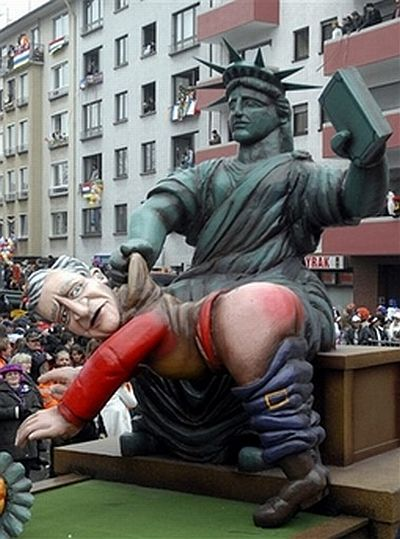 statue of liberty smack george bush 49 wcpA9 19170