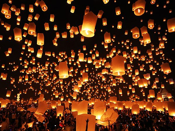 Chiang Mai, Thailand. 24th November 2012. Khom Loy Lanterns at the Yee Peng Sansai Floating Lantern Ceremony, part of the Loy Kratong celebrations in homage to Lord Buddha at Maejo, Chiang Mai, Thailand