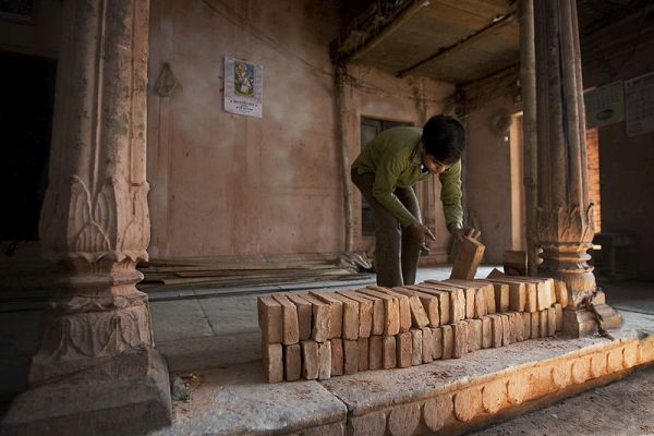 800px-India_-_Varanasi_bricks_-_1556