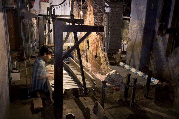 800px-India_-_Varanasi_loom_-_0985