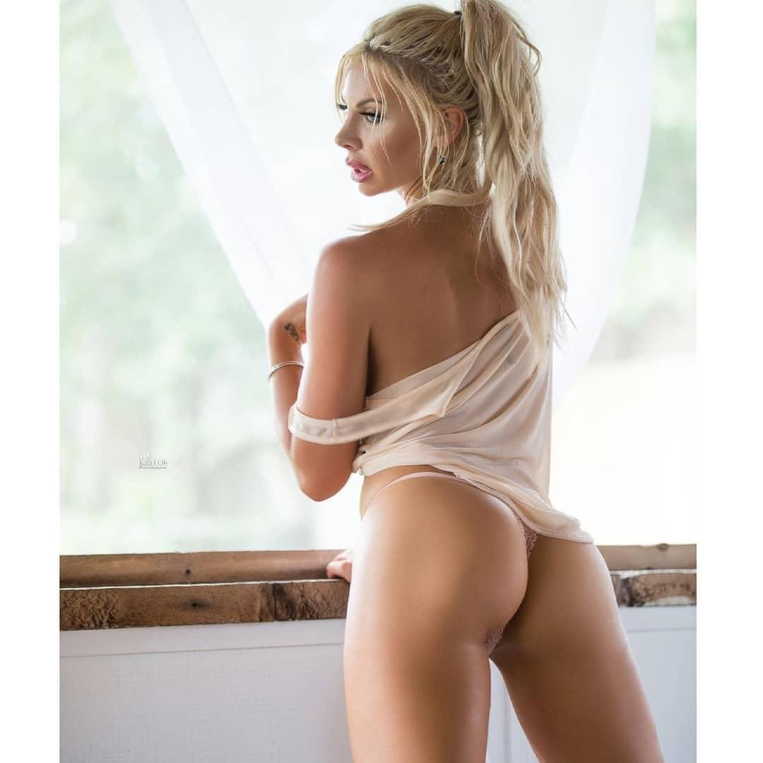 Знойная блондинка в прозрачном сарафане