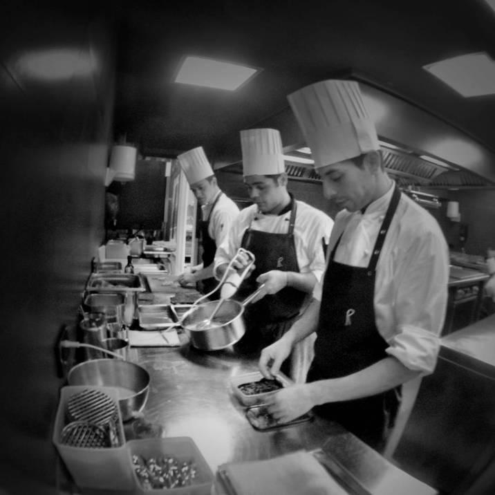 Los cocineros en los fogones de El Celler