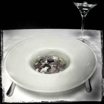 Infusión de sauco con cerezas al amaretto, cerezas al jengibre y anguila ahumada.
