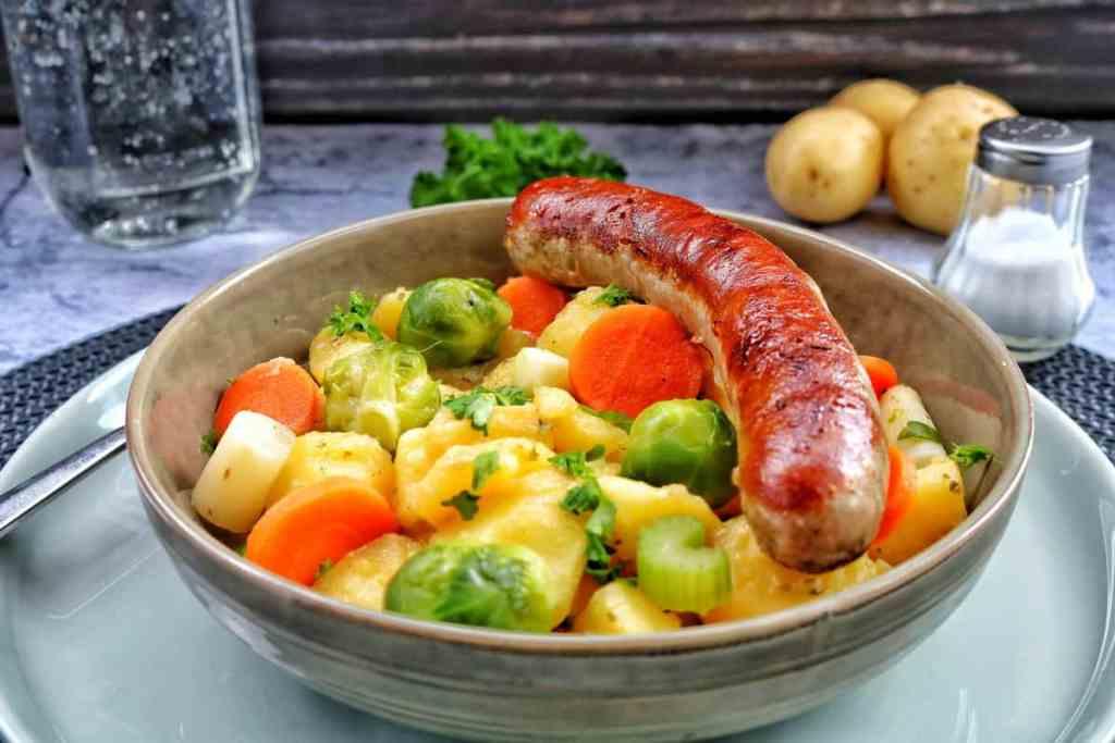 Ein Teller mit Kartoffelgemüse mit Bratwurst